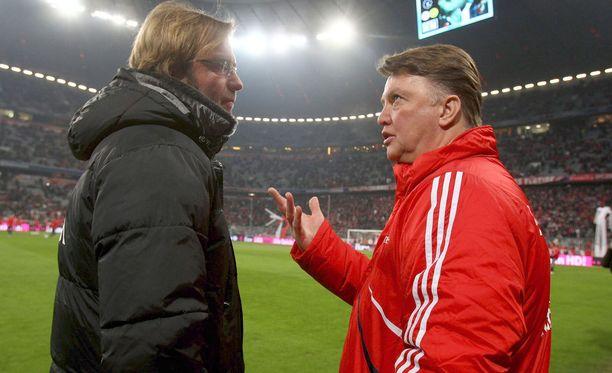 Louis van Gaal (oik.) selittää näkemyksiään Jürgen Kloppille valmentajien toisen kohtaamisen jälkeen helmikuussa 2010. Hollantilaisen Bayern München on juuri voittanut 3-1.