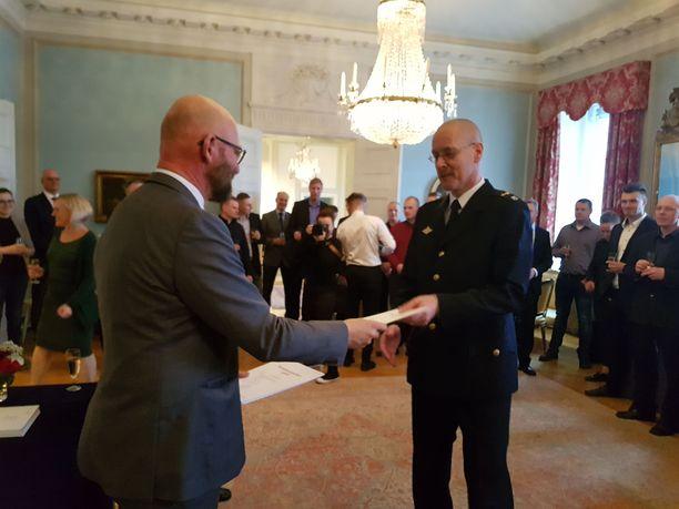 Jokainen suomalaisedustaja sai henkilökohtaisen diplomin ja kiitoskättelyt.