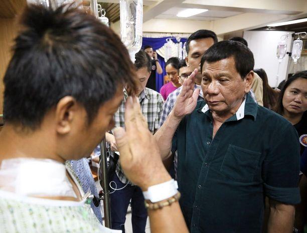 Presidentti Rodrigo Duterte tapasi haavoittuneita sotilaita Iliganin kaupungissa Mindanaolla viime viikolla.