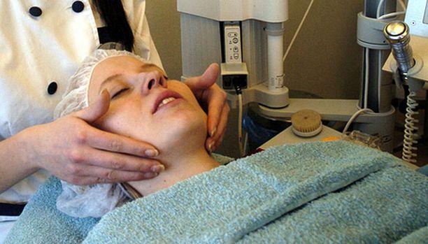 Kosmetologiasiakkaat kyselevät nykyään myös ihon täyteaineista.