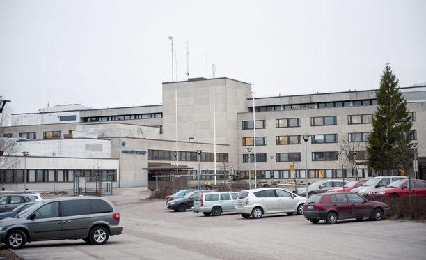 Hyvinkään sairaalan päivystyspoliklinikalla jouduttiin vaaratilanteen vuoksi evakuoimaan viitisenkymmentä potilasta lukittuihin takatiloihin. Arkistokuva sairaalan pihalta.