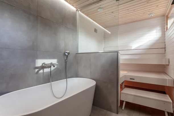 Asunnosta löytyy tyylikäs valkoinen sauna ja simppeli kylpyamme rentoutumishetkiä varten.
