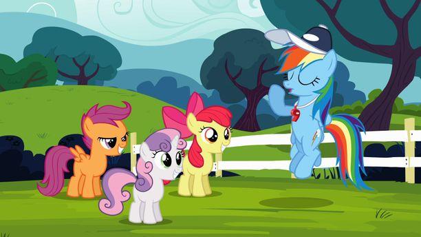 Oikealla nähtävä sininen Rainbow Dash kuuluu sarjan päähenkilöihin.