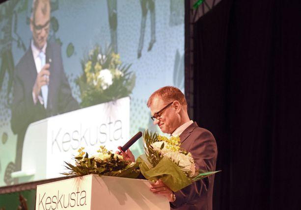 Pääministeri Juha Sipilä kukitettiin lauantaina jatkamaan keskustan puheenjohtajana. Vastaehdokkaana ollut kotkalainen poliisi Vesa Levonen sai 19 ääntä.
