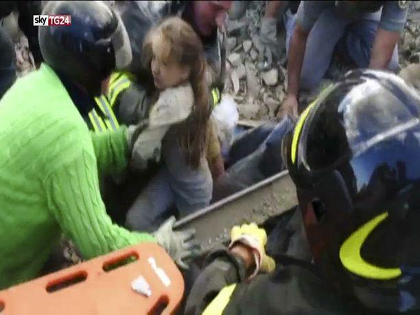 Tyttö oli selvinnyt hengissä murskan alla 17 tuntia.
