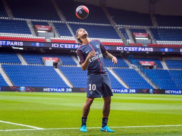 Neymar siirtyi Barcelonasta Paris Saint-Germainiin kesällä 2017. Rahaa matkasi toiseen suuntaan ennätyssumma, 222 miljoonaa euroa.