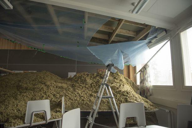 Tältä luokkahuoneessa näytti sen jälkeen, kun katto romahti.
