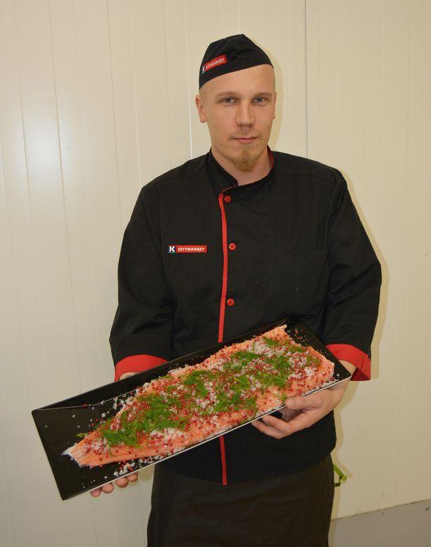 Kalamestari Tim Löytäinen lupaa, että kokonainen kala käsitellään K-Citymarketin tiskillä uunivalmiiksi, jos asiakas näin toivoo.