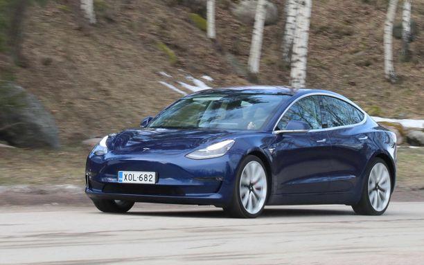 Model 3 kulkee vakaasti kaikilla teillä.