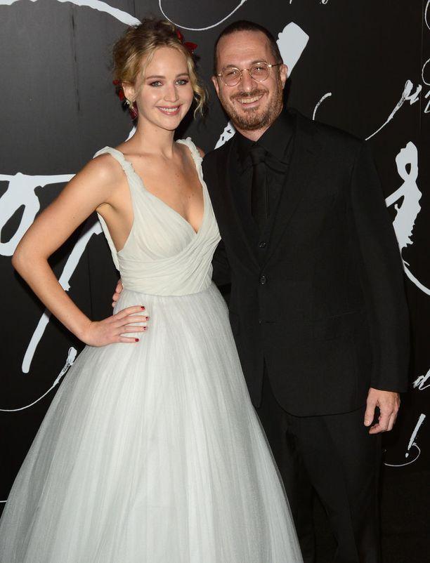 Lawrencen seurusteli Mother!-elokuvan ohjaajan Darren Aronofskyn kanssa noin vuoden. Suhde päättyi eroon.