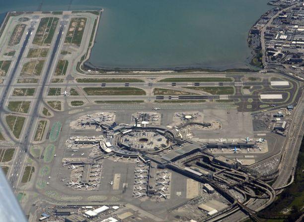 San Franciscon kansainvälinen lentokenttä. Air Canadan matkustajakone oli laskeutumassa kuvassa äärimmäisenä vasemmalla olevalle rullaustielle.