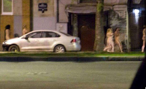 Prostituoidut joutuivat matkustamaan alasti poliisiasemalle.