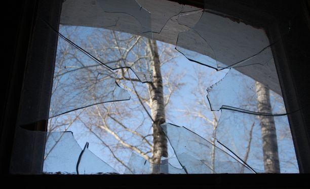 Miehet olivat tunkeutuneet asuntoon rikotun ikkunan kautta. Kuvituskuva.