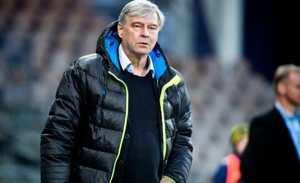 HJK:n joukkueenjohtaja Markku Peltoniemi selviää muuttuneen viisumikäytännön ansiosta huomattavasti olettamaansa pienemmällä paperisodalla.
