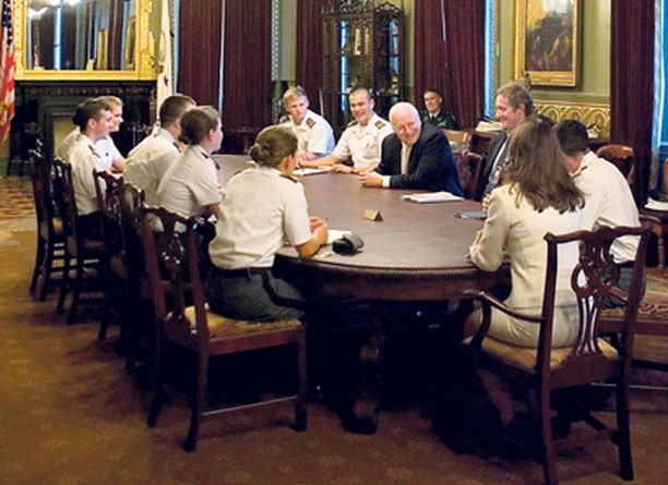 Valkoisessa talossa tupakointi on kielletty kaikissa tiloissa. Kuvassa varapresidentti Dick Cheney johtaa kokousta kansliassaan vuonna 2006.