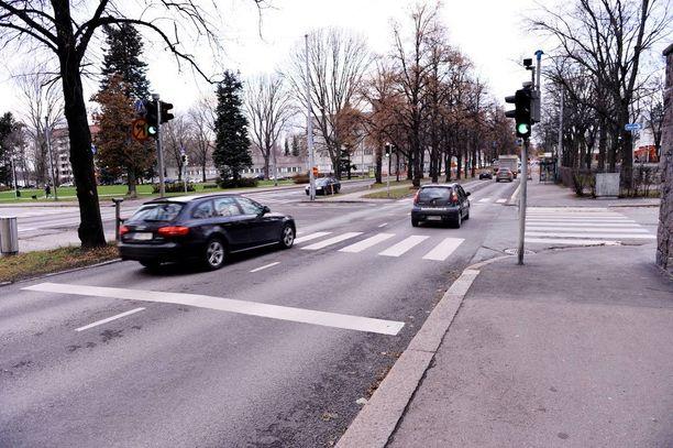 Ruoholahdesta Taka-Töölöön kulkeva Mechelininkatu on yksi Helsingin kantakaupungin pääkatuja. Kuvan autot eivät liity tapaukseen.