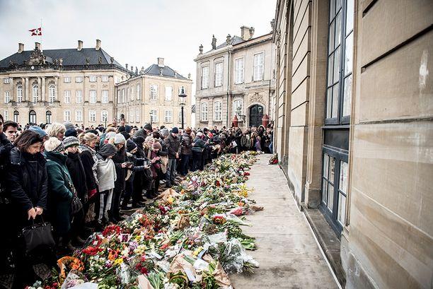 Tanskalaiset jättivät haikeat jäähyväiset tiistaina kuolleelle prinssi Henrikille.