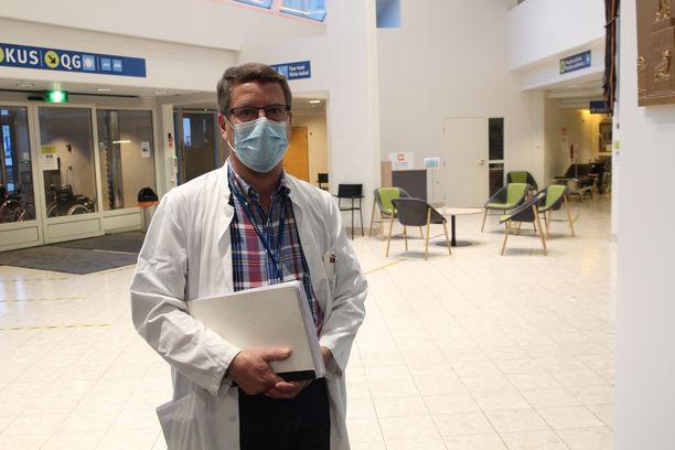 Vaasan sairaanhoitopiirin infektioylilääkäri Juha Salosen mukaan vaarana sairaanhoitopiirin alueella on se, että tartunnat leviävät vanhempiin ikäluokkiin.