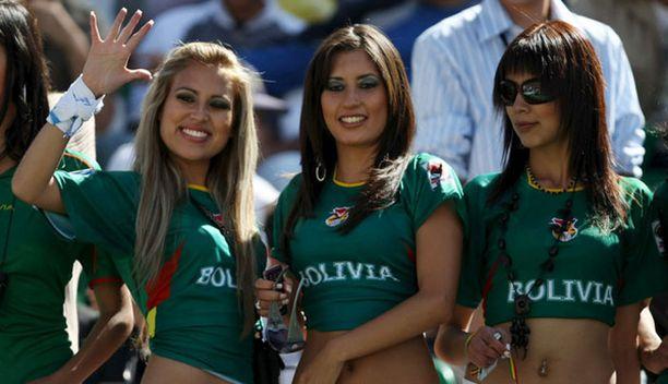 Nämä mimmit hurrasivat Bolivian puolesta.
