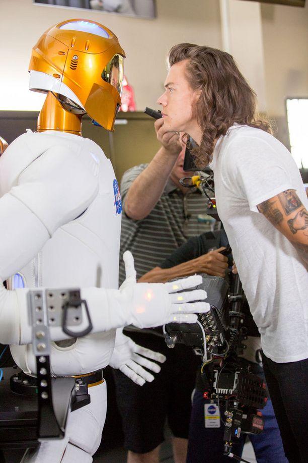 Myös NASA:n ihmismäinen robotti Robonaut esiintyy videolla Harry Stylesin kanssa.