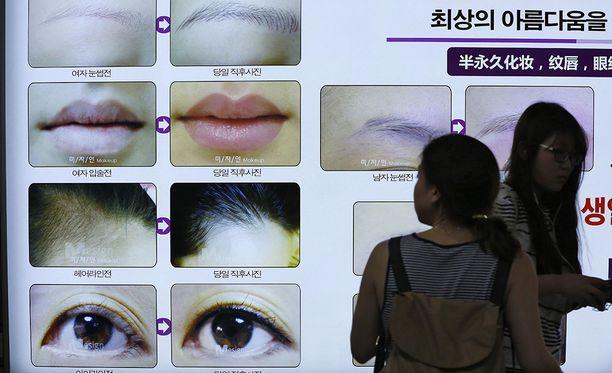 Plastiikkakirurgiaklinikka mainostaa metroasemalla Etelä-Korean pääkaupungissa Soulissa.