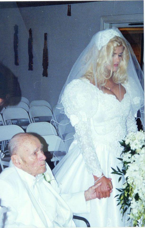 26-vuotias Anna Nicole Smith nai 89-vuotiaan miljardöörin J. Howard Marshallin vuonna 1994. Mies eli häiden jälkeen 14 kuukautta.