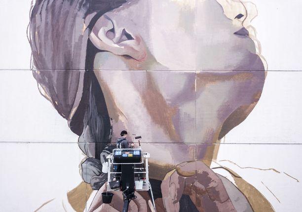 Espoon Matinkylään syntyy Case Maclaimin maalaama fotorealistinen seinämaalaus. Muraali koristaa 7-kerroksisen asuintalon julkisivua.