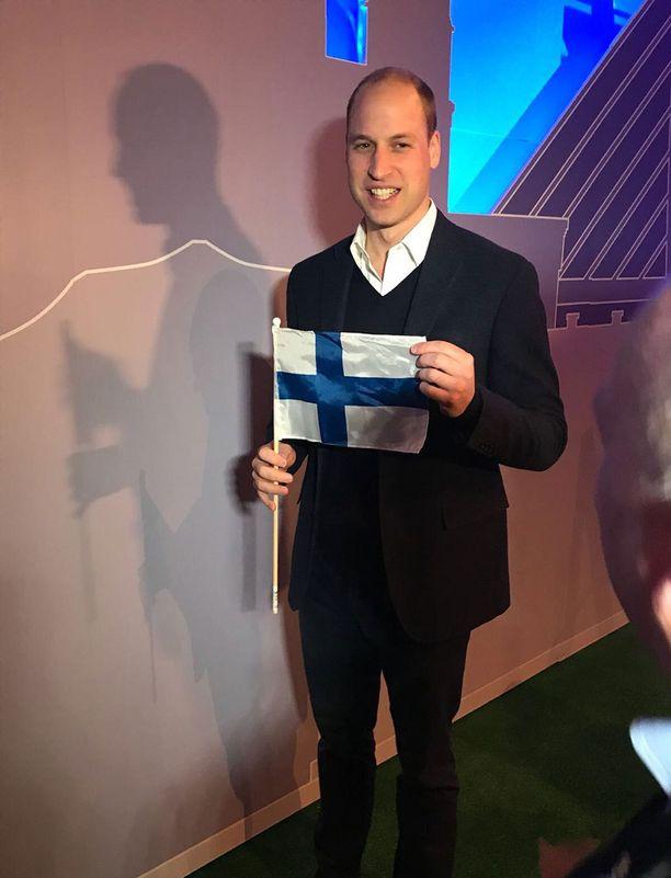 Prinssi William poseerasi Sauli Niinistöltä saamansa Suomen lipun kanssa.