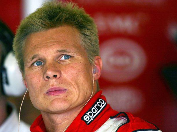 Mika Salo ajoi viimeiseksi jääneen F1-kautensa ykkösiin liittyneen Toyotan punavalkoisissa väreissä. Oli pitkään epävarmaa, pystyisikö Salo ajamaan Toyotan ensimmäisessä F1-kilpailussa.