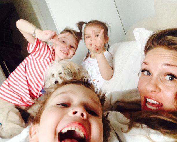 Tavallisesti Johannan arkeen vauhtia tuovat lapset Jonatan, Olivia ja Luca ja perheen terapiakoira.