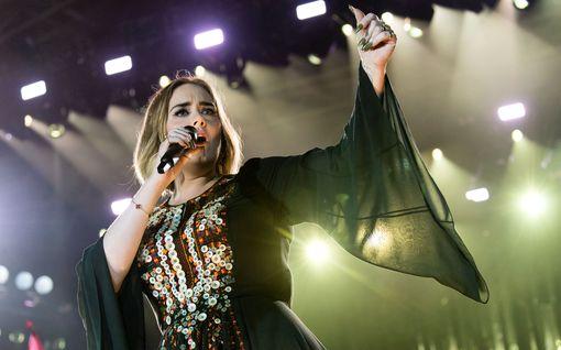 Adele revitteli kotifestareissa – collareissa viiden siiderin voimin