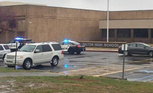 Poliisit saivat lopulta puhuttua luokkahuoneeseen linnoittautuneen opettajan ulos rauhanomaisesti.
