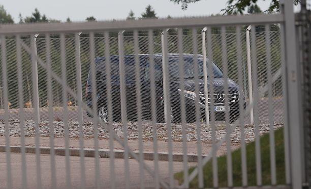 Tila-auto vei Hollywood-tähdet lentokentältä Helsingin keskustaan.