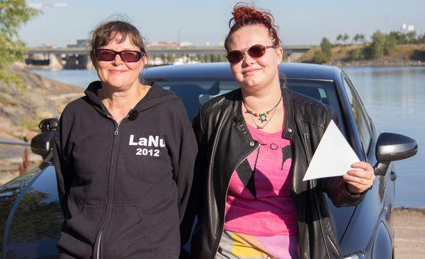 Mirja ja Senja joutuvat poistumaan autosta pariinkin otteeseen, kun kytkin käryää, ja auto alkaa savuta.