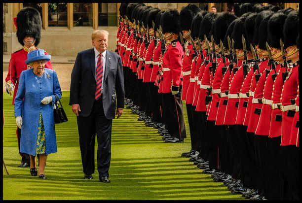 Trumpin käytös kuningatar Elisabetin seurassa oli poukkoilevaa. Trump ei esimerkiksi kävellyt kuningattaren vieressä (kuten olisi pitänyt) vaan kuningattaren edessä.