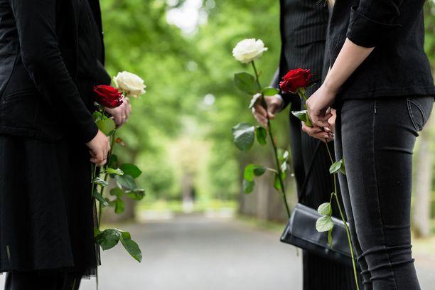 Läheisen menehtyminen on omaisille tuskallista, ja siistimättömän vainajan näkeminen tekee tilanteesta vieläkin vaikeamman. Kuvituskuva.
