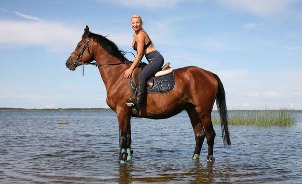"""Uusi rakkaus saa Marikan säteilemään iloa. Nainen pitää työkseen omaa hevostallia Vaasassa ja opiskelee agronomiksi Seinäjoella. """"Mieheni ei ole julkisuuden henkilö"""", hän painottaa."""