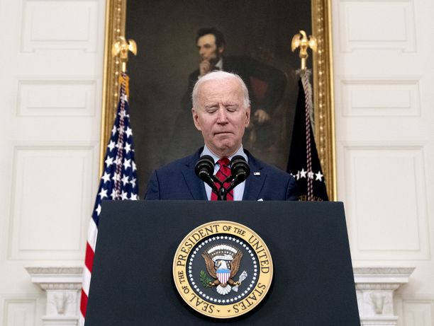 Joe Biden sai heti niskoilleen poliittisesti tulenaran kiistakapulan, jonka osapuolet ovat niin tukevasti omissa poteroissaan, että keskustelu lähti heti ensi metreillä sivuraiteelle.
