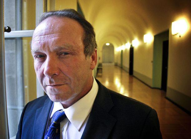 Kansanedustaja Teuvo Hakkarainen (ps) ei omien sanojensa mukaan tiennyt asuvansa saunassa ennen kuin Iltalehden toimittaja soitti hänelle.