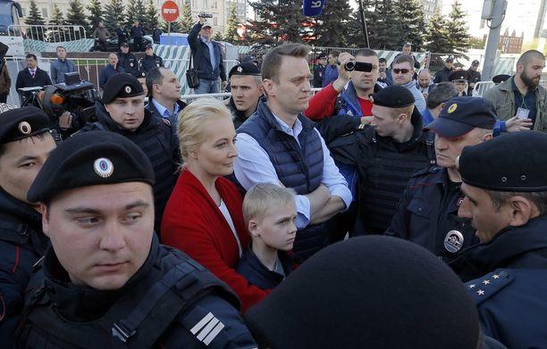 Aleksei Navalnyi vaimonsa Julian ja poikansa Zakharin kanssa mielenosoituksessa toukokuun puolivälissä