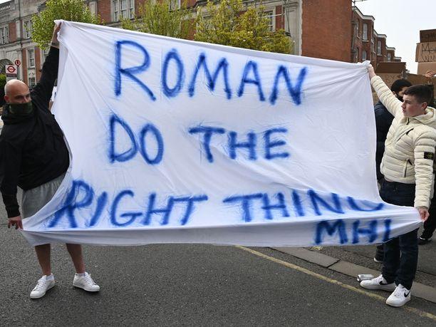 Chelsean fanit vaativat seuran omistajaa Roman Abramovitshia tekemään oikein.