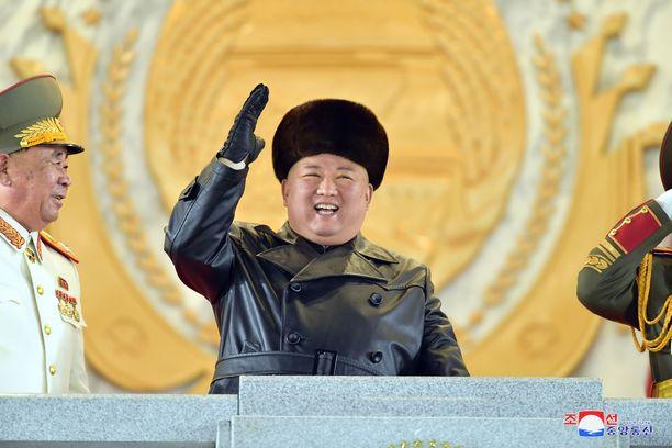 Pohjois-Korean diktaattori Kim Jong-un seuraamassa maan sotilasparaatia vuonna 2021.