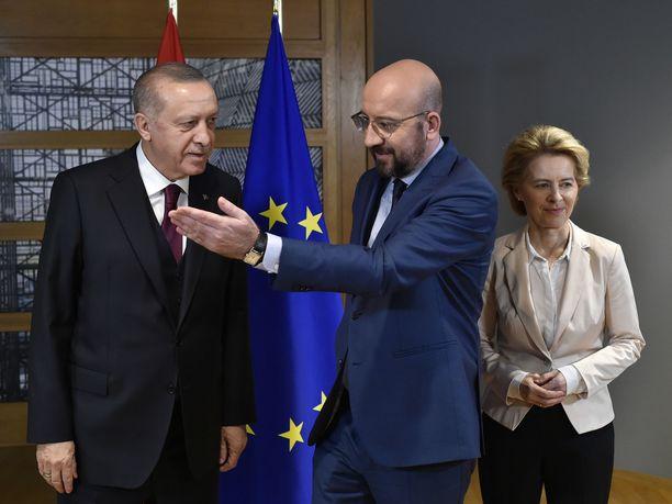 Turkin presidentti Recep Tayyip Erdogan tapasi kireissä tunnelmissa Euroopan komission puheenjohtajan Ursula von der Leyenin ja Eurooppa-neuvoston puheenjohtajan Charles Michelin Brysselissä.