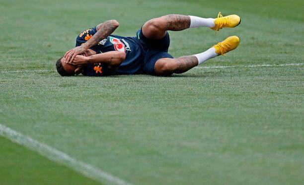Neymaria rapataan harjoituksissakin - tai sitten hän vain hauskuuttaa joukkuetovereitaan.