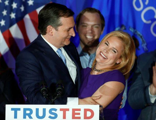 Ted Cruz iloitsi voitostaan vaimonsa Heidi Cruzin kanssa Milwaukeessa.