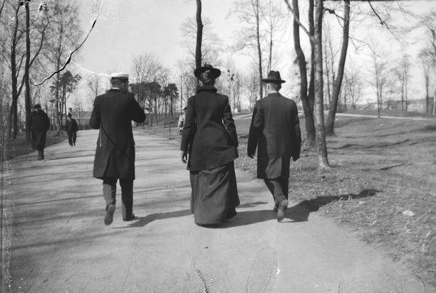 Matkalla Kaisaniemen ravintolaan vuonna 1900.
