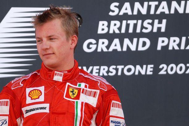 Kimi Räikkönen juhli Silverstonessa mestaruusvuonnaan 2007.
