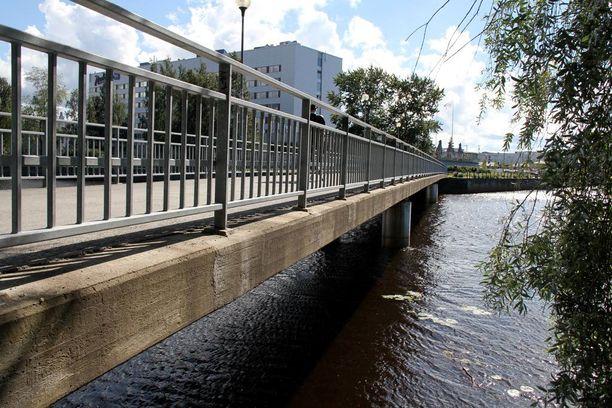 Täysi-ikäinen mies tönäistiin mereen Oulussa sillalta viime viikon lauantaina aamuyöstä.