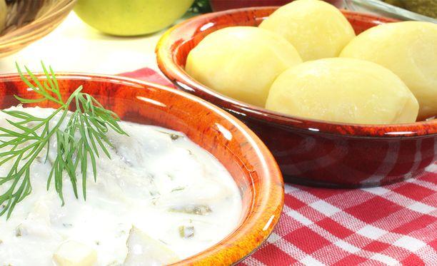 Jos ennen perunat ja kastike olivat erillään, nyt ne yhdistetään kattilassa hölskyttämällä.