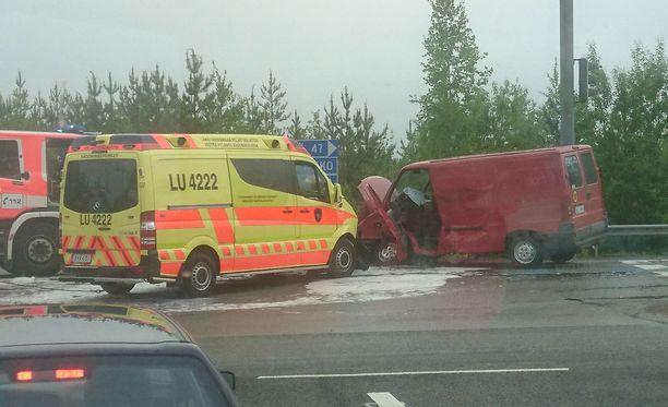 Lukijan lähettämässä kuvassa näkyy, millaista jälkeä ambulanssin törmäyksestä pakettiauton kylkeen tuli.